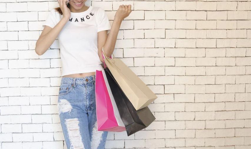 dívka s taškami