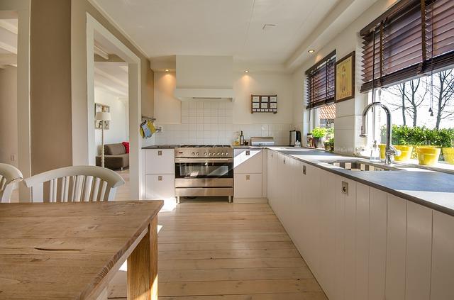 bílá rohová kuchyně, okno, dřez