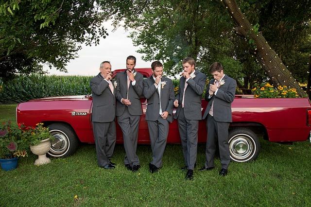 muži na svatbě