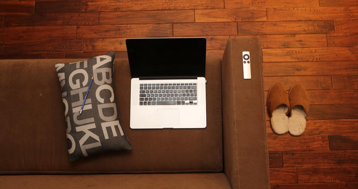notebook na gauči