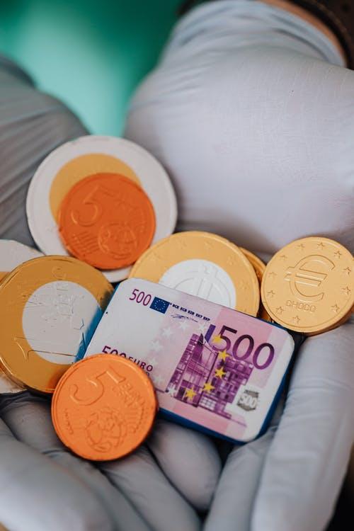 peníze v rukou